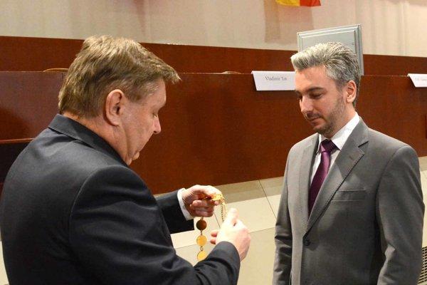 Pred rokom nahradil Trnka Trebuľu vo funkcii župana. Ešte pred odchodom na dôchodok podpísal kolektívnu zmluvi na nasledujúci rok.