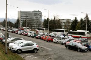 Nedostatok parkovacích miest pri nemocnici je kritický.