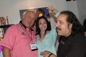 Dennis Hof (vľavo) so šéfkou eskortných agentúr Heidi Fleissovou a bývalým pornohercom Ronom Jeremym.