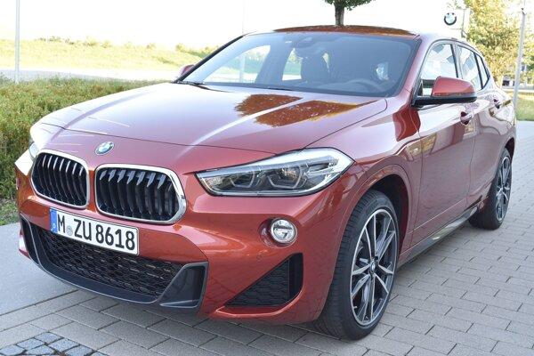 Športovo-úžitkový model BMW X2 je technicky zhodný s modelom X1, od ktorého sa navonok odlišuje dozadu sa zvažujúcou strechou, o dáva vozidlu – pri pohľade zboku – vzhľad kupé.