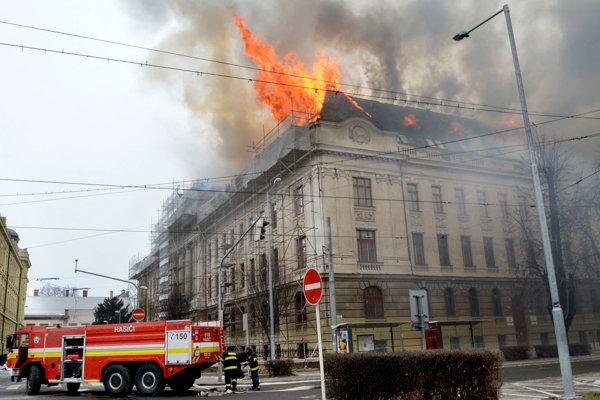 Požiar budovy, v ktorej sídli daňový úrad.