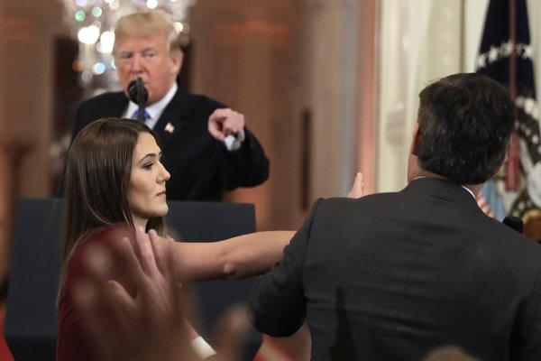 Jim Acosta na tlačovke Trumpa.