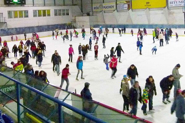 Korčuľovanie prilákalo najmä rodiny s deťmi.