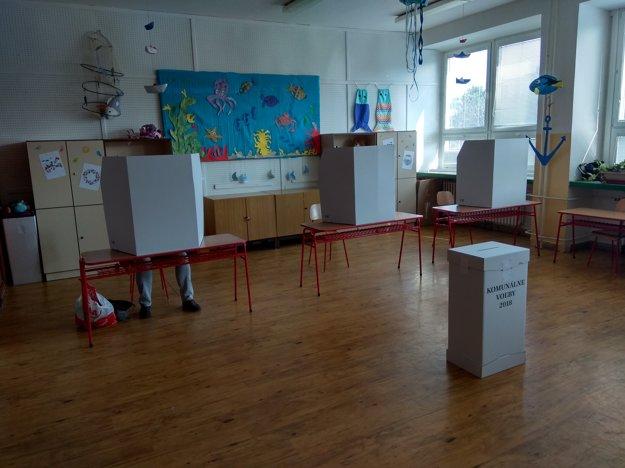 Volebná miestnosť na sídlisku Solinky.