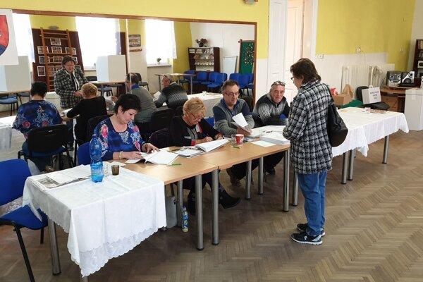 Okrsková volebná komisia s voličkou v okrsku číslo 5 počas volieb do orgánov samosprávy obcí 2018.