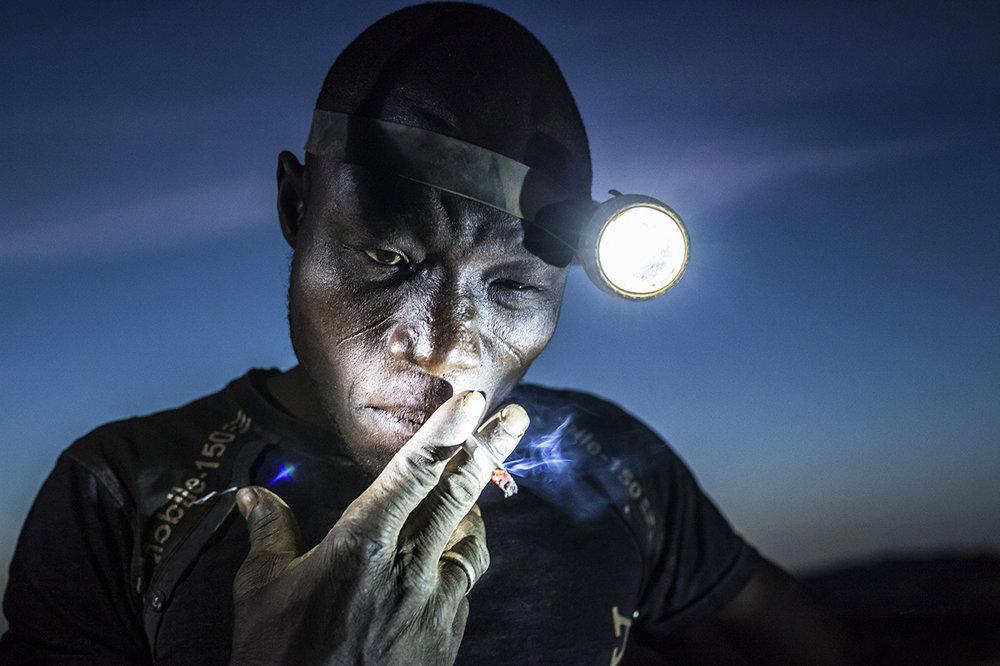 Baník fajčí počas pracovnej prestávky v Burkine Faso. (Druhá cena, ľudia) Matjaz Krivic/World Press Photo