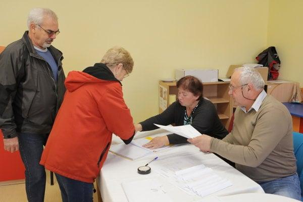 Voliči vo volebnej miestnosti MŠ na Ulici francúzskych partizánov vo Vrútkach.