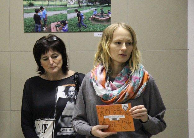Iva Grejtáková (vpravo) koordinuje komunitné centrum Sveržov. Pätnásť rokov sa venuje priamej práci s klientami, orientuje sa na poradenstvo a supervíziu pre sociálnych pracovníkov.