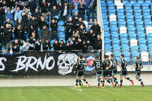 Futbalisti ŠK Slovan Bratislava sa radujú po jednom z gólov.