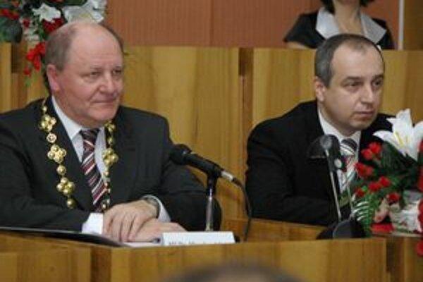 Nový primátor mesta Karol Janas (vpravo) už na prvom zasadnutí zastupiteľstva upozornil, že mesto čaká ťažký rok.