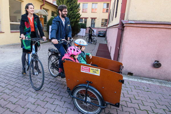 Marek Hattas prišiel voliť na bicykli s celou rodinou.