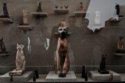 Vystavené sošky mačiek na okraji archeologického komplexu pyramíd panovníka Veserkafa v Sakkáre, južne od hlavného mesta Káhira.