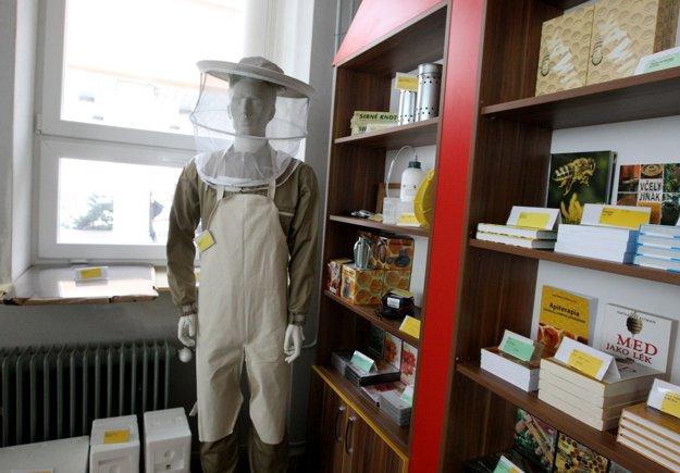 Predajňa s včelími produktami priamo v areáli školy.