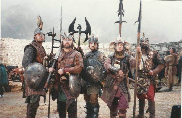 Gustáv KYselica (druhý zľava) s kolegami v Dračom srdci (1996, ktoré sa nakrúcalo šesť mesiacov na Slovensku.