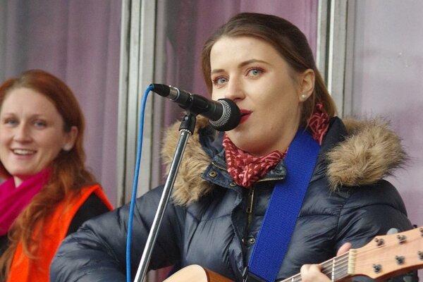 Mirka Miškechová na jednom z vystúpení pred kultúrnym domom v Považskej Bystrici.