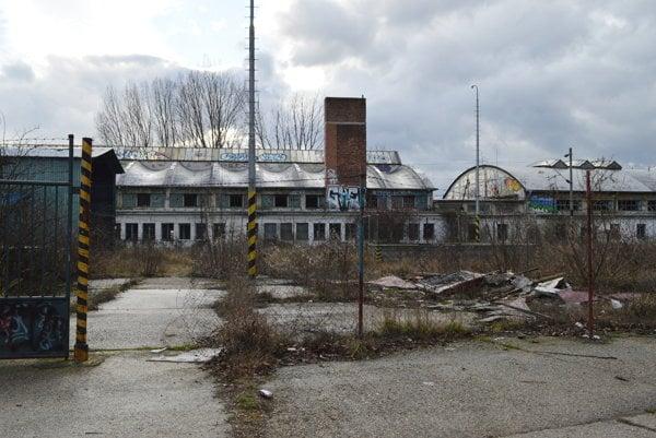 Rušňové depo posledné roky iba chátra, s jeho obnovou sa už definitívne neráta.