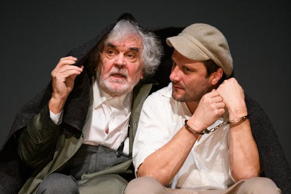 Vľavo Ján Kožuch (William Peachum) a Marek Geišberg (Macheath) v martinskej Žobráckej opere.