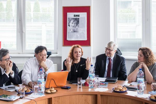 Šéfredaktorka denníka SME Beata Balogová (v strede) počas zasadnutia IPI v Bratislave.