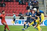 Adam Zreľák (vpravo) hlavičkuje v zápase Slovensko - Ukrajina.