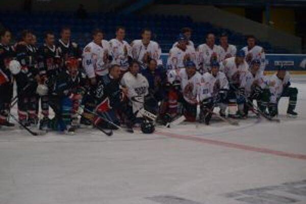 Považskobystrickí hokejisti (v tmavom) podľahli aj Popradu.