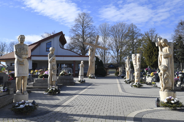 V obci je spolu približne 50 rezbárskych diel. Väčšina z nich je umiestnená na cintoríne