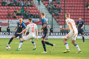 Ak nechcú Slováci klesnúť o divíziu nižšie, v Česku musia vyhrať.