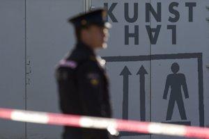 Policajt stojí neďaleko dverí galérie Kunsthal v holandskom Rotterdame, odkiaľ v roku 2012 odcuudzili z galérie sedem mimoriadne cenných obrazov svetoznámych majstrov.