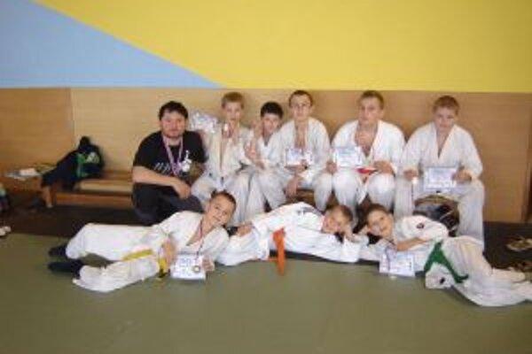 Mladí považskobystrickí judisti s trénerom Petrom Pozníkom.