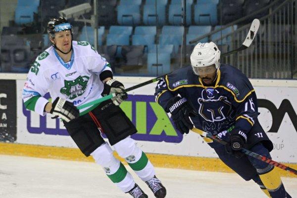 Prvý gól zápasu strelil útočník MHC Tomáš Urban (v bielom)