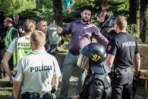 Marián Magát (uprostred)je zakladateľom skupiny Vzdor Kysuce. V roku 2017 ho obžalovali aj pre zločin podpory a propagácie skupín smerujúcich k potlačeniu základných práv a slobôd.