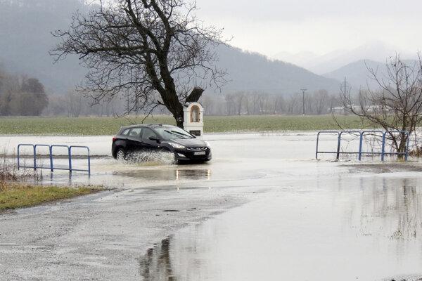 Minulý týždeň voda zaplavila cestu medzi Brehmi a Rudnom nad Hronom.