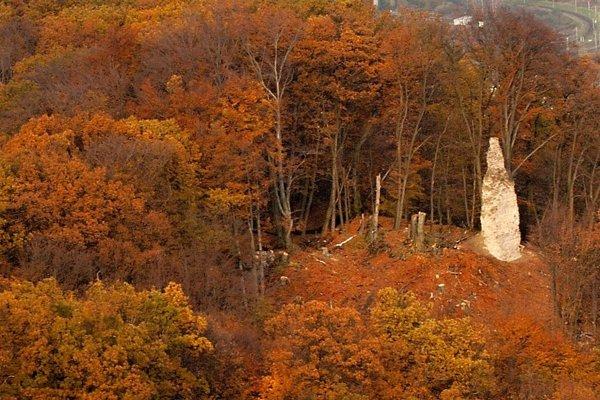 Veža Dolného hradu fotená z veže Horného hradu v novembri 2009.