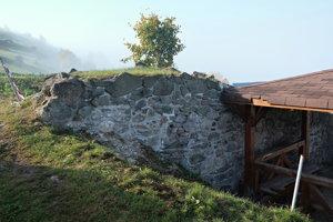 Oprava priečnej hradby tzv. Dončovho hradu, október 2018.