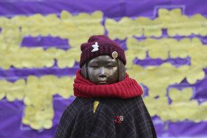 Socha reprezentujúca sexuálne otrokyne pred veľvyslanectvom Japonska v Soule.