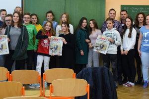 Školáci sa dozvedeli viac opráci novinárov. Na snímke spoločne sredaktormi MY Kysuckých novín.