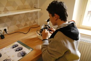 Mini laboratórium s mikroskopmi.