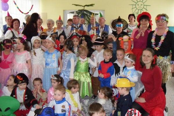 Škôlkari si obliekli masky a užili si karneval.