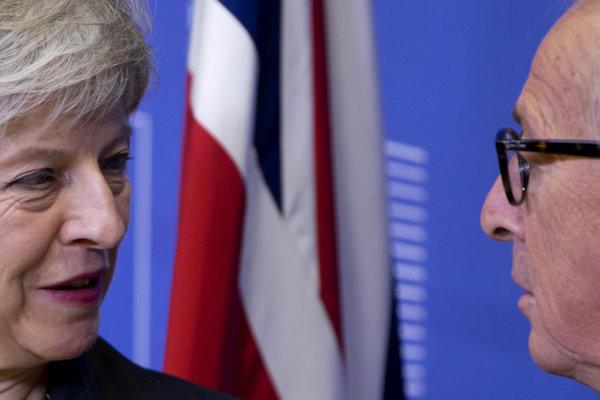 Britská premiérka Theresa Mayová a šéf eurokomisie Jean-Claude Juncker.