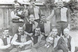 František Pethe (prvý zľava hore) na najstaršej zachovanej fotografii futbalového oddielu ETVE Prešov.