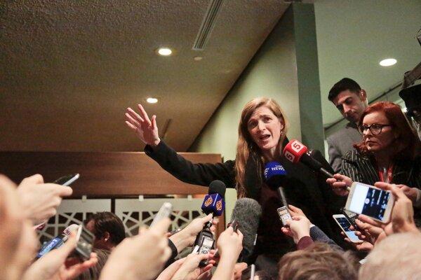 Veľvyslankyňa USA pri OSN Samantha Powerová hovorí s novinármi.