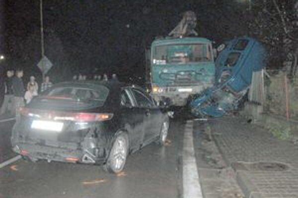 Zrážku osobného auta s nákladným 33-ročný vodič neprežil.