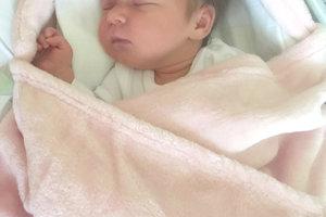EVIČKA Mikulová z Tekovských Lužian potešila svojím príchodom na svet 12. novembra šťastných rodičov Veroniku Mikulovú a Mareka Kováča. Malá Evička po narodení vážila 2,7 kg. Sestričku čaká doma 2-ročná Lianka.