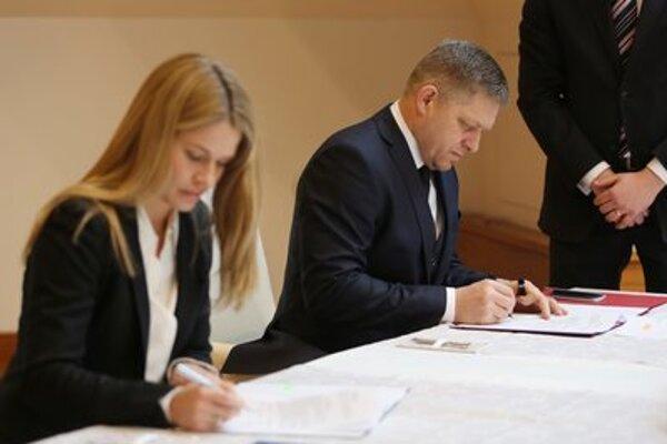 Na snímke zľava konateľka RKN Global Europe Marjam Lindsbrová a predseda vlády SR Robert Fico počas podpisu memoranda so spoločnosťou RKN Global Europe o významnej investícii pre Banskú Bystricu.