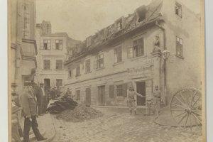 Následky požiaru vPodhradí vroku 1913 zachytil Ede Kozics. Na fotografii zo zbierky Múzea mesta Bratislavy je Beblavého ulica.