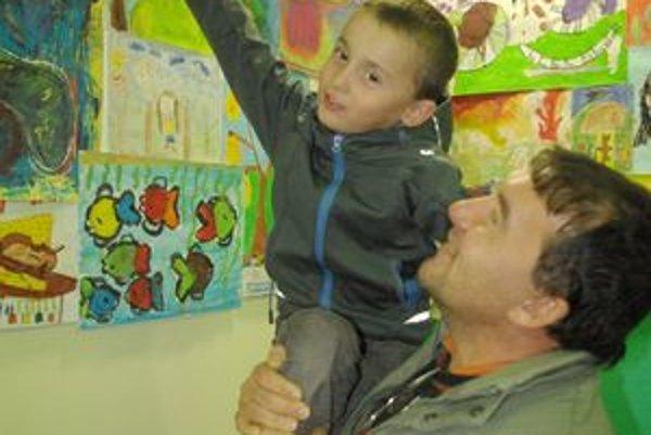 Malý Jakub potreboval pomoc otca, aby nám ukázal svoje dielko.