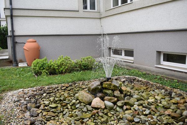 V púchovskom gymnáziu maximálne šetrne nakladjú aj s vodou. Dažďovú zadržiavajú a majú vďaka nej aj túto peknú fontánku.