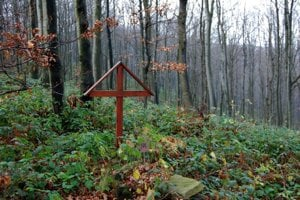 Jeden z vojnových hrobov pri slovensko-poľskej hranici, v lesoch Laboreckej vrchoviny nad Čertižným.