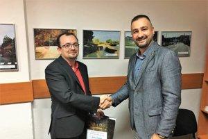 Roman Vančo odovzdáva cenu Ondrejovi Šomodimu (vľavo).