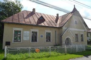 Budova bývalej četníckej stanice, kde je aj pamätná tabuľa na vzburu.