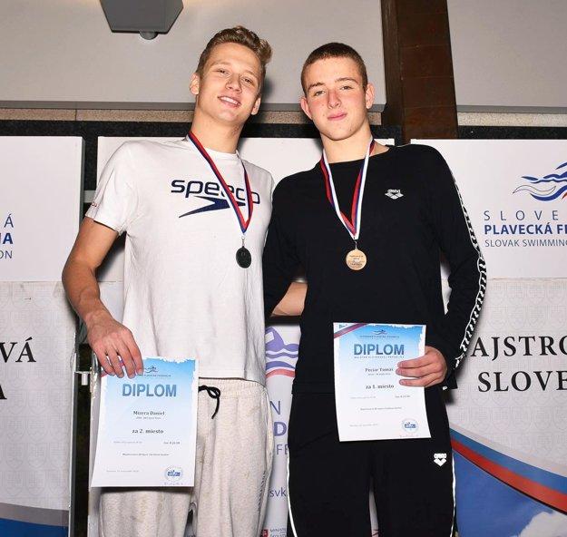 Tomáš Peciar (vpravo) opäť získal seniorský titul na 800 m voľný spôsob.